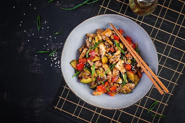 Frite com frango, abobrinha e pimentão - comida chinesa. vista superior, acima