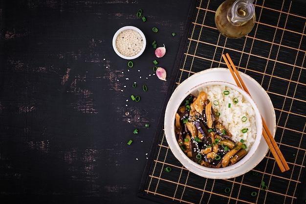 Frite com frango, berinjela e arroz cozido