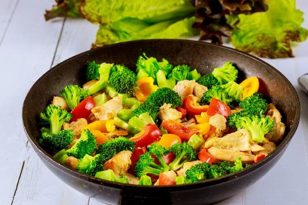Frite com frango, brócolis e pimentão