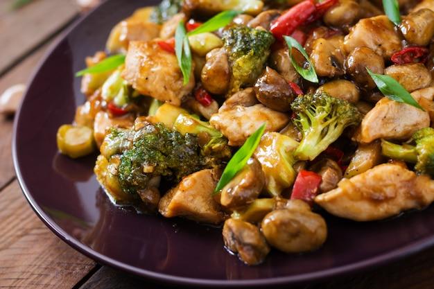 Frite com frango, cogumelos, brócolis e pimentão - comida chinesa