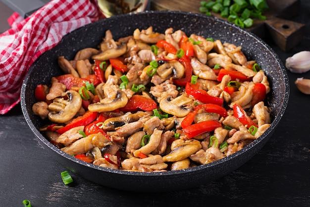 Frite com frango, cogumelos e pimentão - comida chinesa.