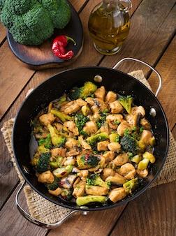 Frite frango com brócolis e cogumelos - comida chinesa