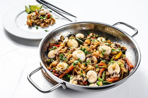 Frite macarrão udon com frutos do mar e vegetais