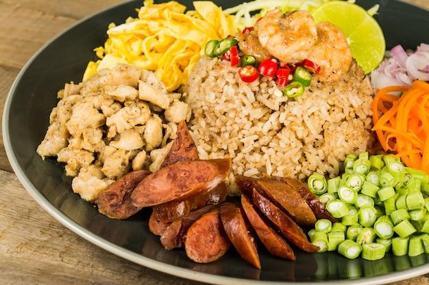Frite o arroz com a pasta de camarão, comida tailandesa
