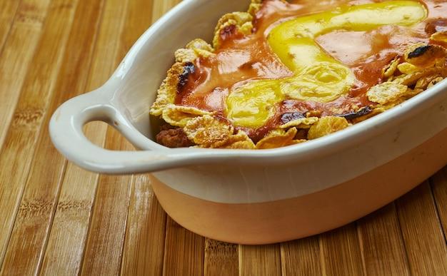 Frito chili pie forno assado, polvilhe cerca de metade do queijo ralado sobre os fritos