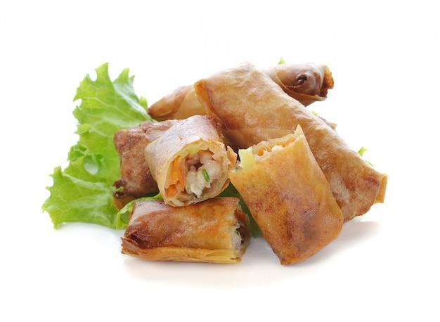 Frito chinês tradicional primavera rola comida em branco