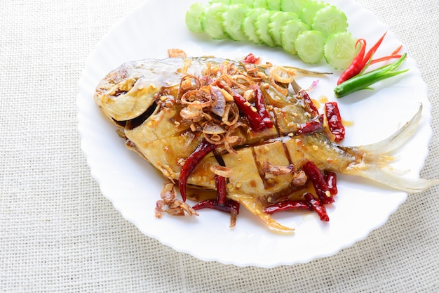 Frito pomfret branco com pimenta preta alho, prato rápido e fácil.