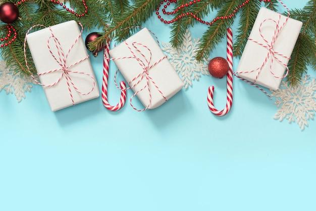 Fronteira criativa de natal com decoração branca e vermelha,