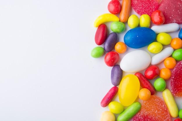 Fronteira de balas de gelatina colorida em branco