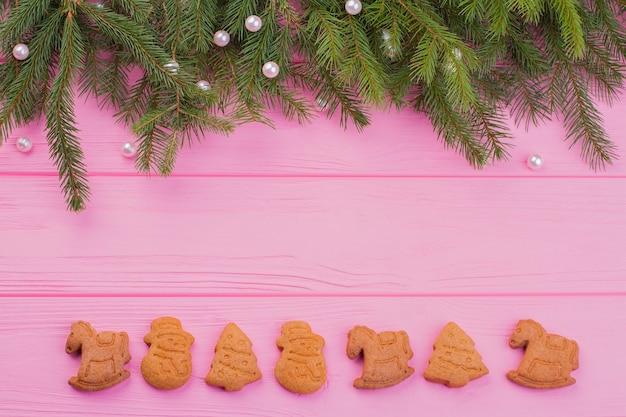 Fronteira de biscoitos de gengibre de natal e árvore de abeto.