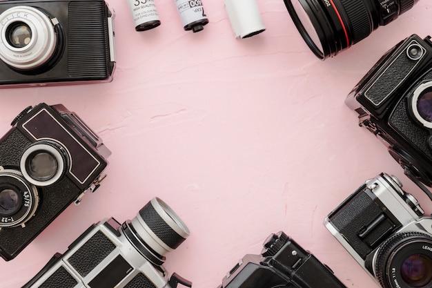 Fronteira de câmeras e filme sobre fundo rosa