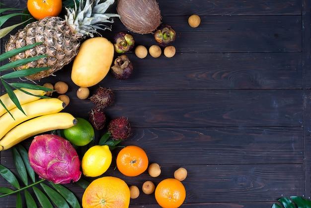 Fronteira de conceito colorido de verão com frutas tropicais e folhas