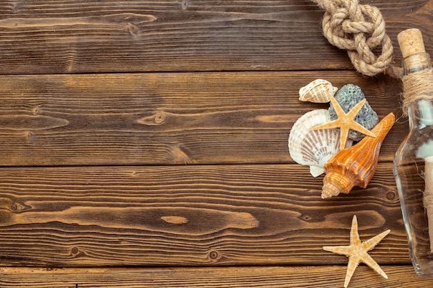 Fronteira de conchas no fundo madeira