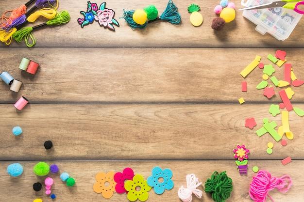 Fronteira de elementos decorativos na mesa de madeira