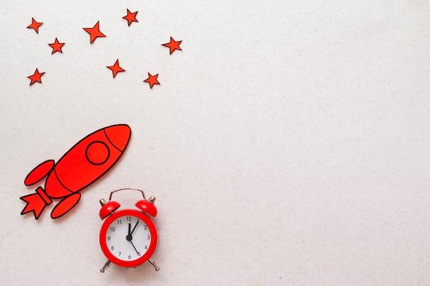 Fronteira de foguete vermelho com despertador e estrelas