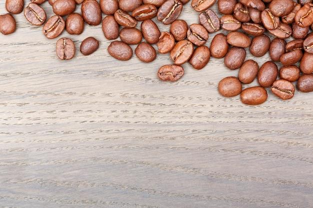 Fronteira de grãos de café na velha mesa de carvalho. foto de alta resolução.