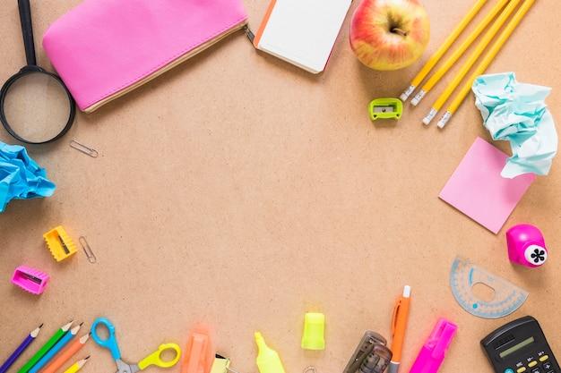 Fronteira de maçã e material escolar