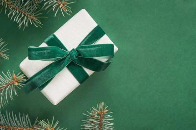 Fronteira de natal com árvore de natal e presente em verde. cartão de feliz natal feriado de inverno. feliz ano novo.
