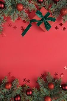 Fronteira de natal com árvore do abeto e presente em fundo vermelho. cartão de felicitações