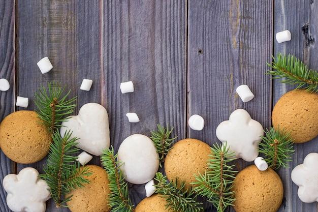 Fronteira de natal com pão de mel, marshmallow e galho de árvore do abeto