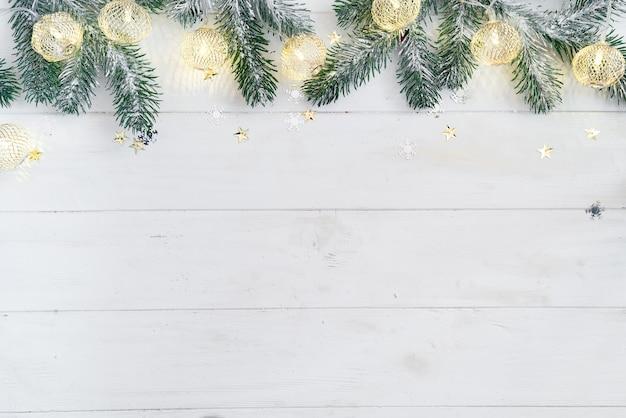 Fronteira de natal isolada no branco, composta de ramos de abeto fresco, luzes