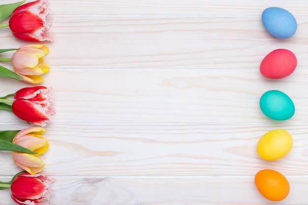 Fronteira de ovos de páscoa, parede pascal, moldura festiva colorida, vista superior.