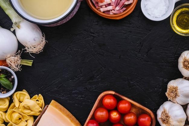 Fronteira de panela e ingredientes de massa