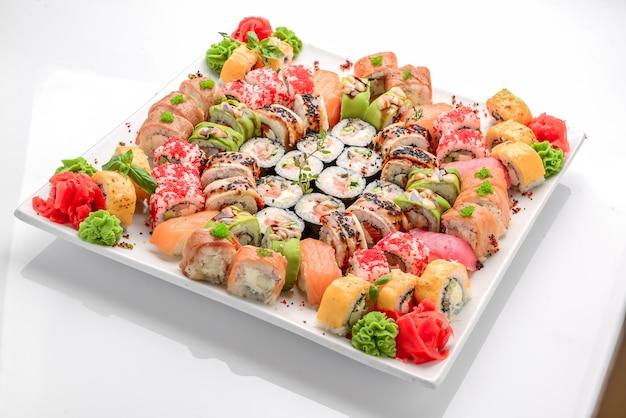 Fronteira de sushi e rolos diferente