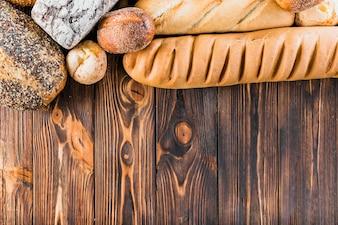 Fronteira superior feita com pão fresco e baguete na mesa de madeira