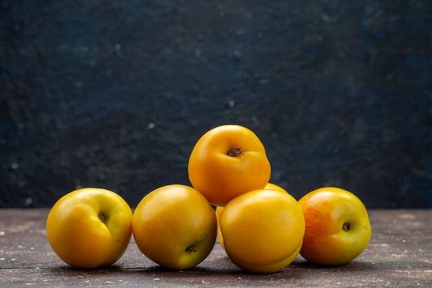 Frotn vista de perto abricós suaves de laranja deliciosas frutas de verão no fundo escuro bolo de frutas frescas