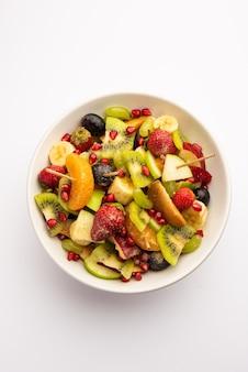 Fruit chaat é um prato indiano picante feito com a combinação de frutas suculentas e geladas, como maçãs, bananas, laranjas, uvas com sal e especiarias suaves