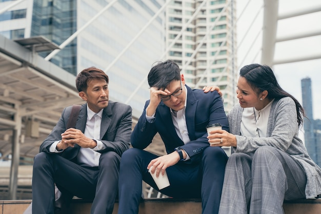 Frustrado chateado equipe de negócios asiática com mau resultado de trabalho e decepcionado com projeto de negócios, cenário ao ar livre