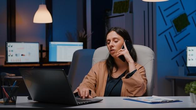 Frustrado gerente executivo negocia estratégia de marketing com o empresário da empresa