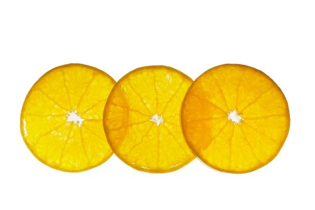 Fruta alaranjada suculenta cortada fresca ajustada sobre o branco - textura alaranjada tropical da fruta para o uso