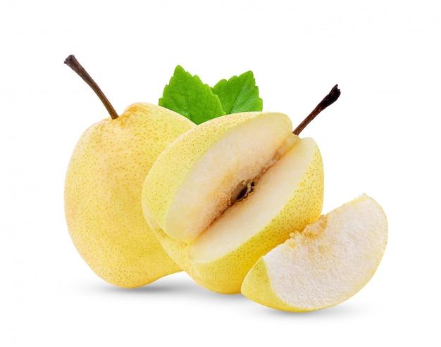 Fruta amarela pera com folhas na parede branca