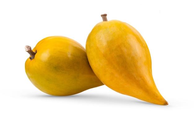 Fruta canistel (ovo, tiesa, sapote amarelo, canistelsapote, chesa, pouteria lucuma) isolada no fundo branco