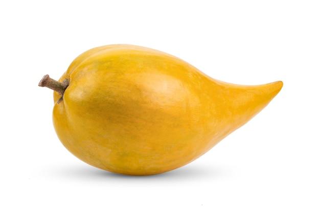 Fruta canistel (ovo, tiesa, sapote amarelo, canistelsapote, chesa, pouteria lucuma) isolado no fundo branco