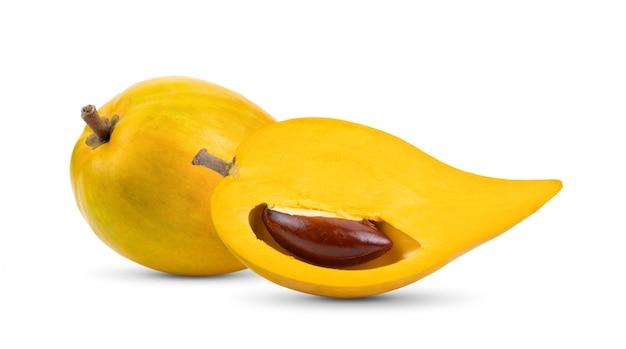 Fruta canistel (ovo, tiesa, sapote amarelo, canistelsapote, chesa, pouteria lucuma) isolado no fundo branco Foto Premium