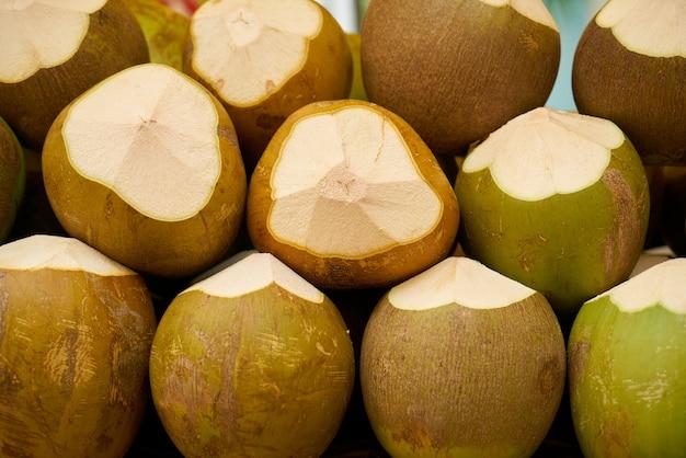 Fruta com cortes de um lado