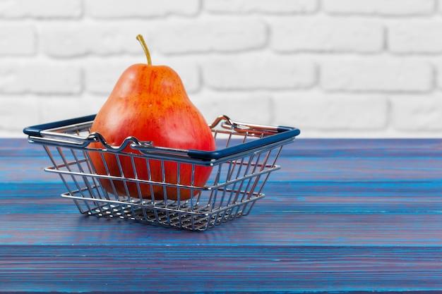 Fruta com mini carrinho de compras