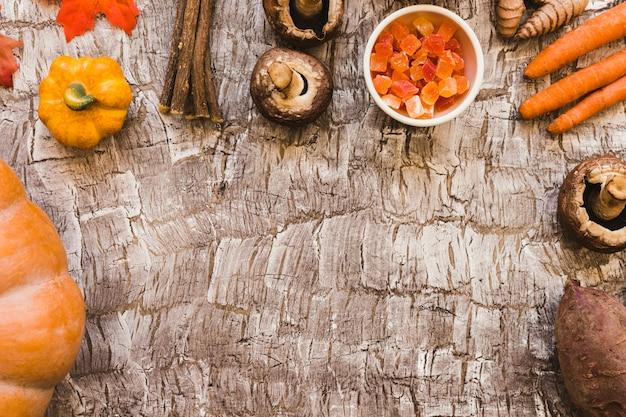 Fruta cristalizada e galhos em meio a legumes