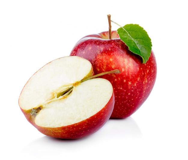 Fruta da maçã vermelha com folha verde e seção isolada
