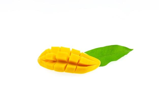 Fruta da manga com folha verde isolada no fundo branco.