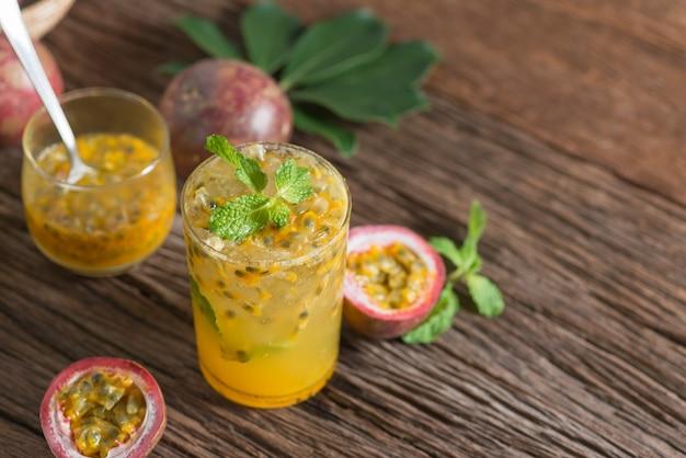 Fruta da paixão fresca com hortelã e água de soda no vidro, água da desintoxicação, bebida saudável.