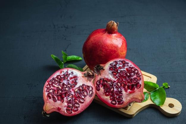 Fruta da romã cortada