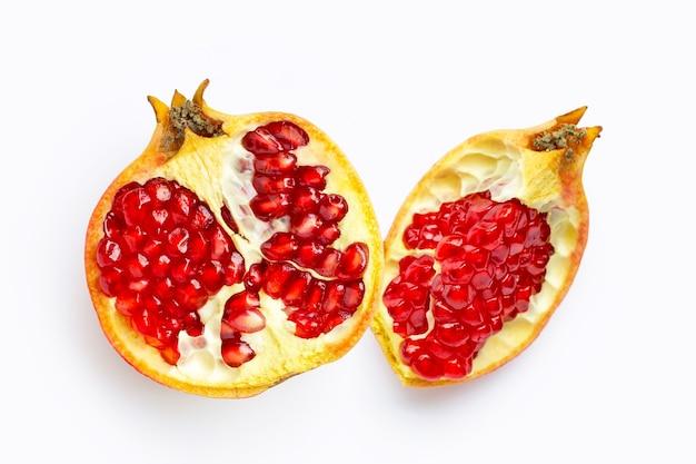 Fruta da romã em fundo branco.