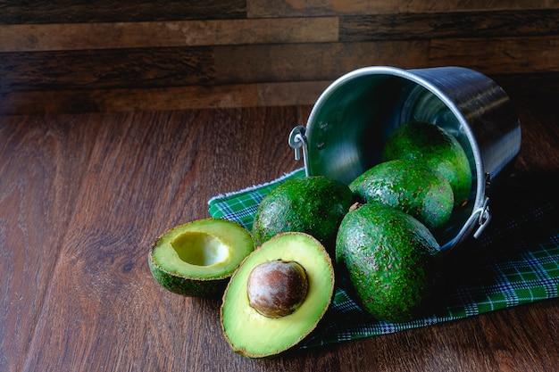 Fruta de abacate cortada ao meio