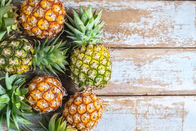 Fruta de abacaxi em um fundo de madeira
