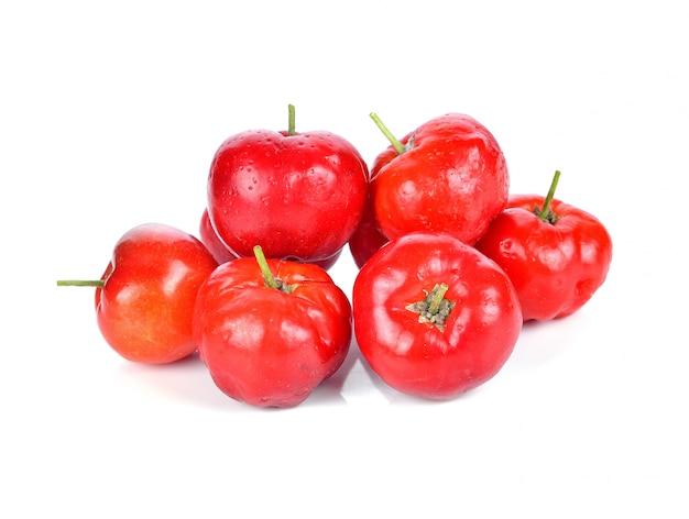 Fruta de acerola isolada no branco.