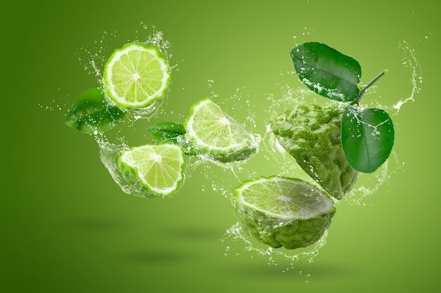 Fruta de bergamota, bergamota isolada sobre fundo verde.
